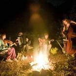 Cântând şi călătorind: interviu cu The Balcony Players, cântăreţii nomazi.